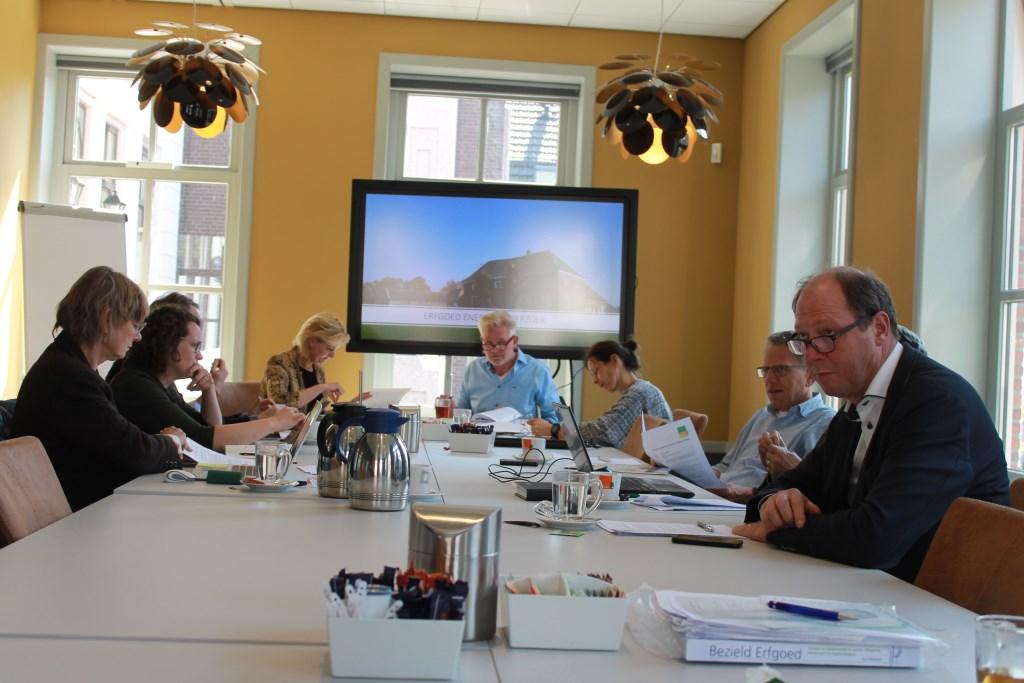 Commissie Cultureel Erfgoed vergaderde over allerlei onderwerpen in het gemeentehuis Aalten Foto: Leo van der Linde © Persgroep