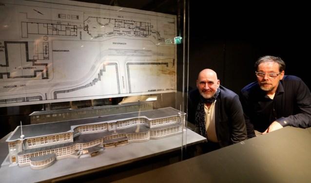 John Heimensem en Frans Wilborts bij het door hen gemaakte model van het Centraal Station van Utrecht. Foto: Ton van den Berg