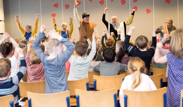 De speciale geschiedenislessen vielen in goede aarde bij de basisschoolkinderen. Foto: GGAB Kaatsheuvel