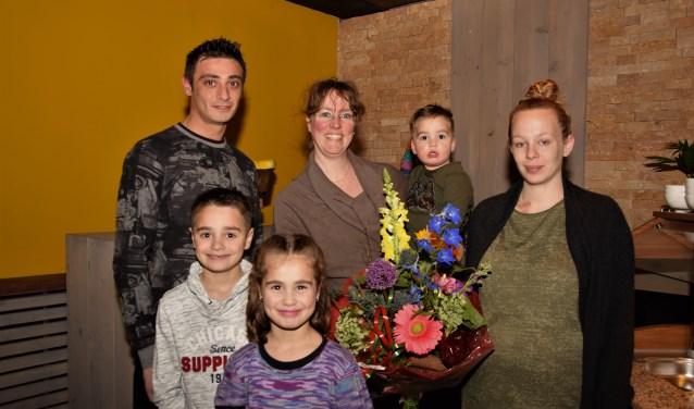 Mustafa en Regina Küçükuslu nemen, met de kinderen, de gewonnen FlipPas-prijs in ontvangt: een jaar lang gratis uit eten. De prijs wordt overhandigd door Anouschka Rijsdijk (rechts). (Foto: Janet Kooren)