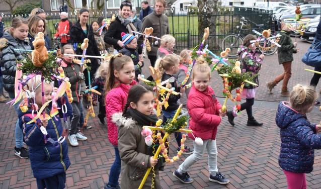 Tijdens de optocht kunnen de kinderen hun prachtig versierde Palmpasenstokken laten zien. Foto: Jolien van Gaalen.