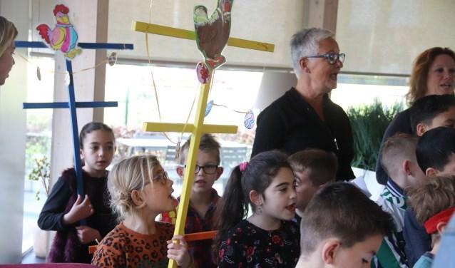 Kinderen Josefschool vieren Palmpasen in zorgcentrum Kulenburg te Culemborg.