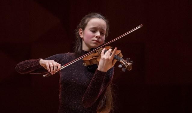 Ruim twintigjonge strijkers zullen zondag in De Kappen op het toneel staan met als een van de soloviolisten de 18-jarige Haaksbergse Martine Velthuis.