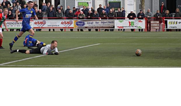 Een van de vijf door Bon Boys gescoorde goals. De bal rolt tergend langzaam het doel in.