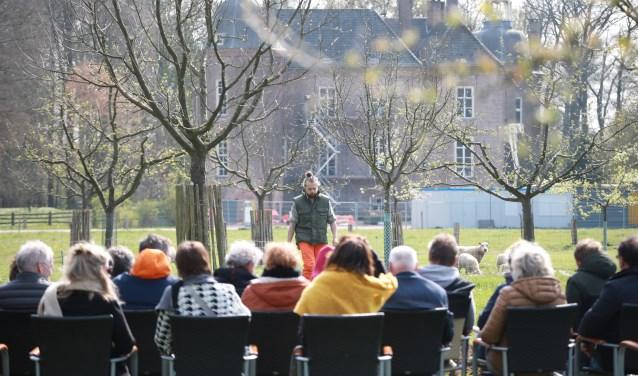 Eén van de drie acteurs tussen de schapen en de fruitbomen met op de achtergrond kasteel Hackfort. (foto: Feikje Breimer)