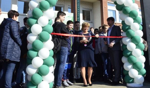 Burgemeester Sijbers opent het nieuwe schoolplein van Metameer. (foto Joyce Linders, Metameer).