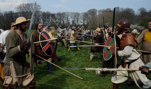 Een paar keer per jaar komen woeste vrouwen en mannen samen om de kunst van onder andere het zwaardvechten te beoefenen.