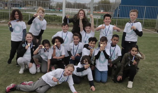 De twee groepen van de Kaardebol die in groep 5 streden om de eerste plaats bij het schoolkorfbal van SGV. Er was voor hen allen een medaille.