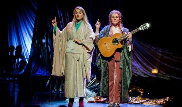 Magie. Zo heet de voorstelling die het duo Yentl en de Boer geeft in het Wilminktheater in Enschede. Foto's: Jaap Reedijk