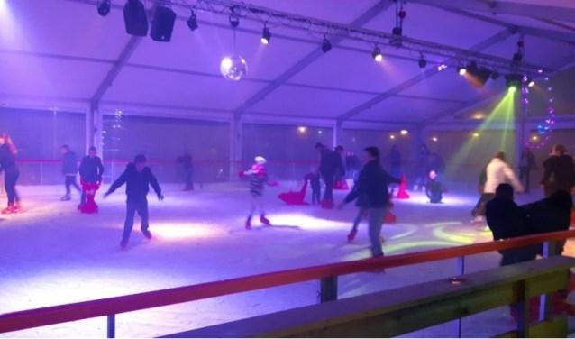 In 2017 stond er bij Jumbo Heemskerk een ijsbaan. Zou het december dit jaar weer lukken om Zevenaar te laten schaatsen op kunstijs? (foto: Danny van der Kracht)