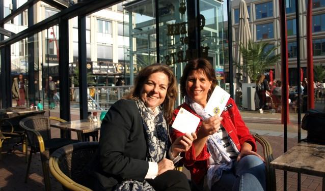Karen Paternotte en Linda Bregman, president en de vice-president van de dames Lionsclub Soetermare, hebben veel zin in het Koningsontbijt op het gezelligste plein van Zoetermeer. Foto: Simone Langeveld
