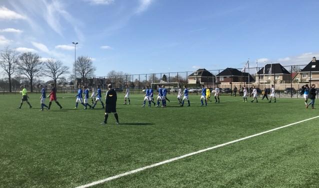 De Lutte komt het veld op voor de (gewonnen) wedstrijd tegen Heracles in Almelo. Foto: Bart Bulter