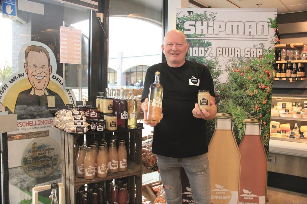 Wilfred van Manen met een deel van zijn assortiment dat ook te koop is in Kaas en Delicatessenwinkel De Pompernikkel.