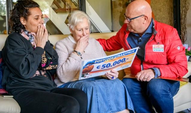 """Carla wordt verrast door Postcode Loterij-ambassadeur Gaston Starreveld:""""Ik wil dolgraag met het hele gezin naar de Molukken."""""""