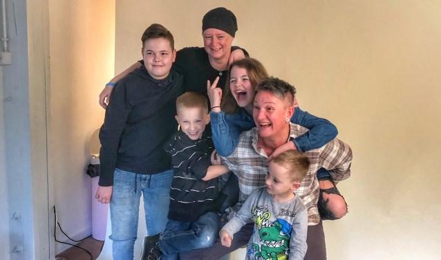 Mia en Suzanne en hun kinderen Jurre, Fenne, Niek en Jibbe, kregen een fotoshoot in de fotostudio.