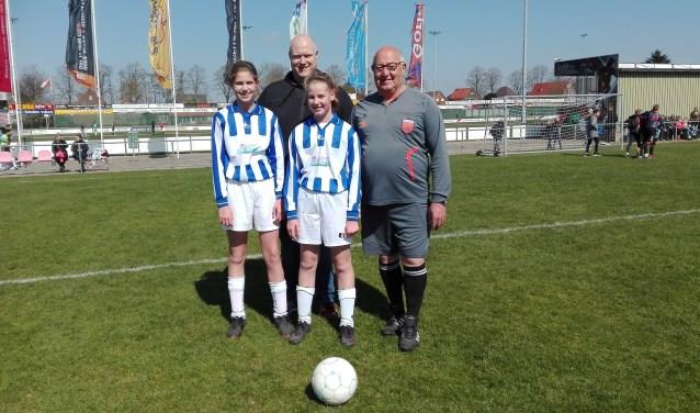 Opa Rein Hoenholt, René en dochters Lynn en Mara.