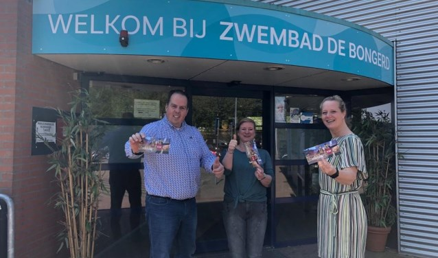 Alwin, Corine en Elise van Zwembad De Bongerd verkopen en accepteren vanaf 1 mei de Proef Wageningen cadeaubon.
