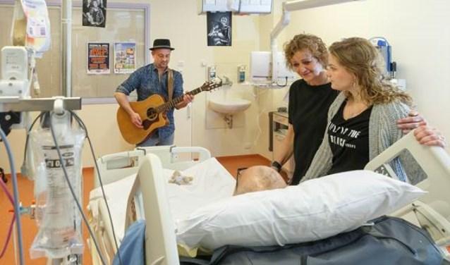 Gitarist Sytze Bakker speelt onder andere voor een patiënt die dol is op (blues)muziek. Ondanks dat hij nog niet kan praten, geniet hij samen met zijn dochter Lotti en vrouw Ardi van de bluesnummers die Sytze voor hen speelt.