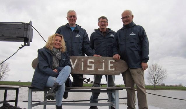 Op het dek van Het Visje vlnr. de vrijwilligers Yvonne van der Zanden, Wim Gerritsen, Henk van Teeffelen en Ben van Orsouw.
