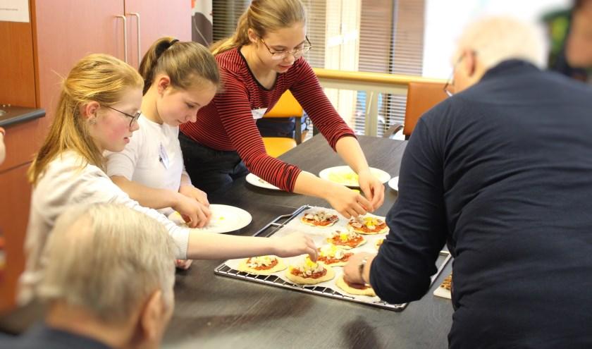 Leerlingen van groep 8 van basisschool De Triangel koken voortaan samen met bewoners van zorgcentrum Leenderhof.