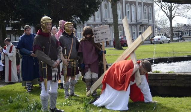Op Goede Vrijdag wordt de levende kruisweg door Tiel opgevoerd, de stoet loopt door het centrum van Tiel en speelt situaties van toen na