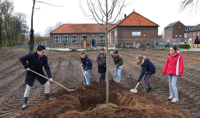 Leerlingen van De Wegwijzer planten bomen. (foto Marco van den Broek)