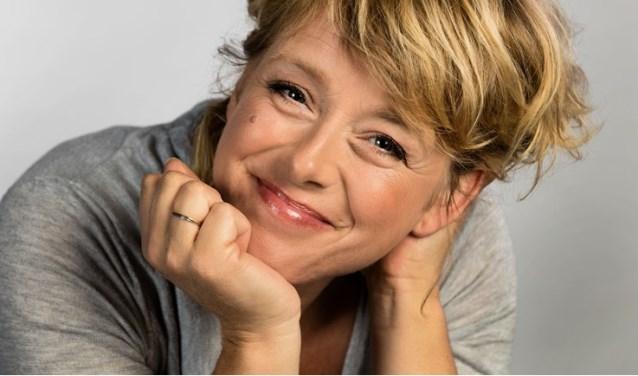 Presentatrice Angelique Krüger zal in zeven uitzendingen verslag doen van de wedstrijd en komt langs bij de zes finalisten. (Foto: PR)