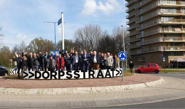 In het bijzijn van veel enthousiaste ondernemers is de nieuwe rotonde geopend. Foto: Robbert Roos