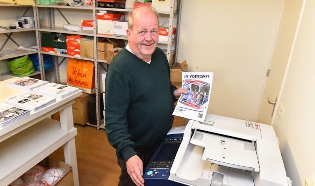 Martin Hendrixen maakt wekelijks het clubblad van VV Gendringen. (foto: Roel Kleinpenning)