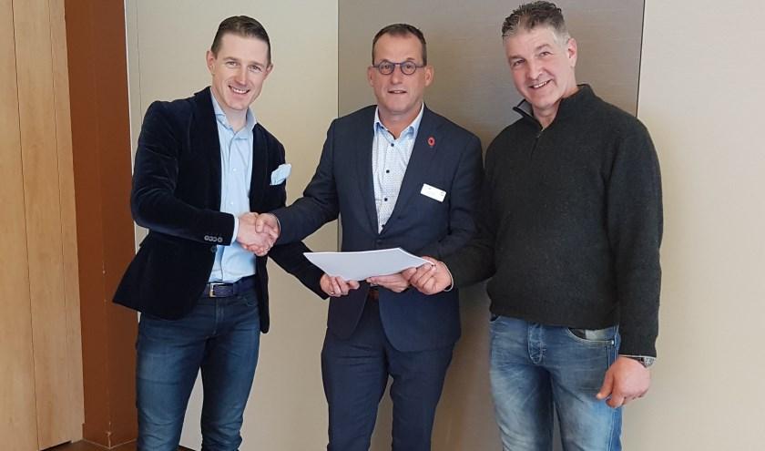 Sjaak van de Graaf en Wijnand Treureoverhandigden het eindadvies aan wethouder Johan Quik. (Foto: pr)