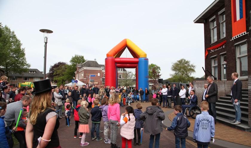 De Koningsdag-festiviteiten in Varsseveld worden geopend bij het oude gemeentehuis in het dorp. (Foto: PR)
