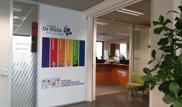 De balie van Stichting De Welle waar geïnteresseerde vrijwilligers zich kunnen melden.