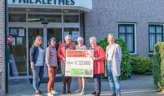 Overhandiging cheque door leden werkgroep