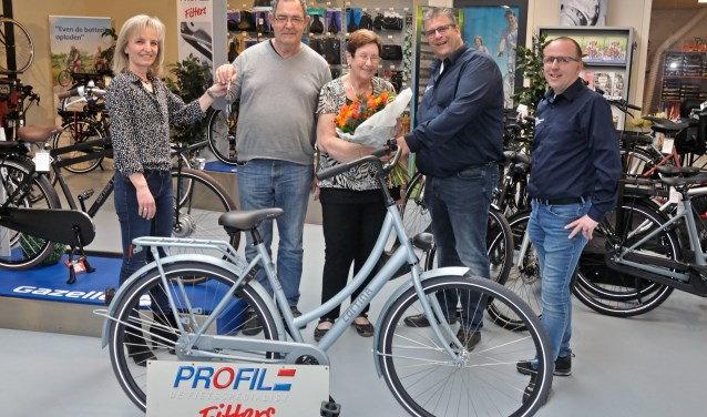De uitreiking van de hoofdprijs aan Hennie van Oort bij fietsspecialist Fitters in Vlijmen. Foto: Dick Buskermolen