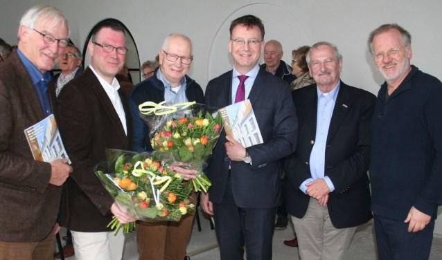 Aannemer, schrijvers en burgemeester kregen van de twee HKIJ-voorzitters de publicatie als eerste. (Foto: Rinus Verweij)