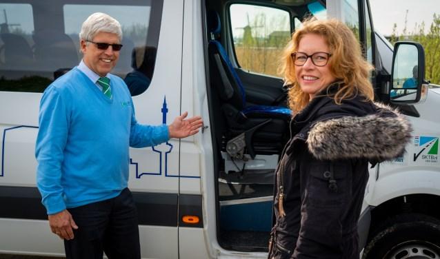 Joyce Henkens uit Duitsland is de eerste toerist die gebruik maakt van de shuttledienst. (Foto: Cees van der Wal)