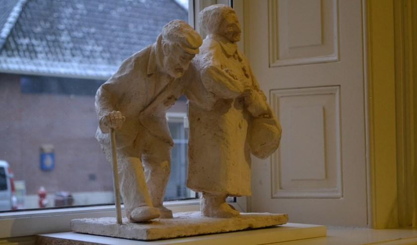 Het beeld van Izak Vomberg en zijn vrouw heeft een prominente plaats gekregen bij de ingang van de Van Heelzaal. Foto: Jan Joost.