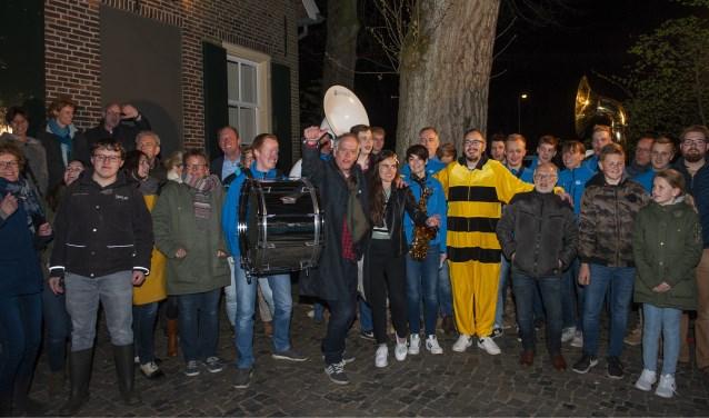 Aan het eind van de radio-uitzending gingen de deejaysop de foto met De Straotklinkers en een groep toeschouwers.