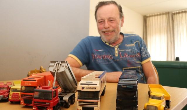 Bert Kamphuis met een klein gedeelte van zijn inmense verzameling. (Foto: Arjen Dieperink)