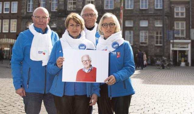 Henk Engel (links) staat met zijn bevriende collega's voor zijn vriend Rien.