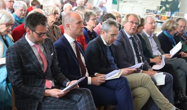 Het podiumforum met fractieleider tweede kamer voor het CU Gert-Jan Segers is gereed voor een dialoog aan te gaan met de aanwezigen over Bonhoeffer in Culemborg in de kerk.