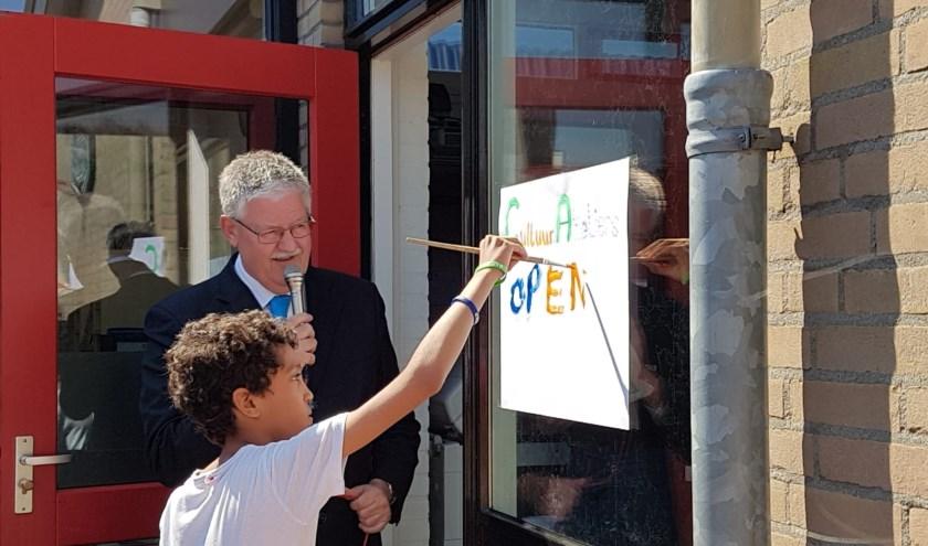 Wethouder van Bezooijen en Melvin Bardoel openen de expositie cultuurateliers in Varik.