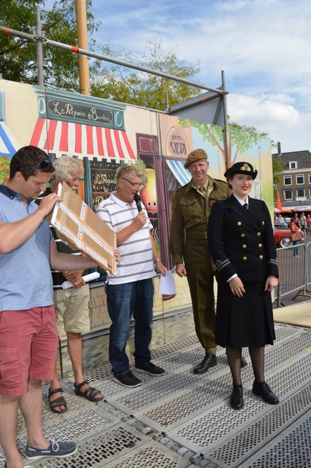 Sjaak van den Berg in actie als speaker tijdens het Oldtimer evenement op de Markt.   FOTO:Theo Rietveld