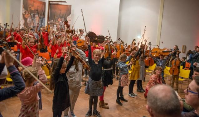 Kinderen kunnen tijdens de kindermuziekweek kennismaken met muziekdocenten en allerlei instrumenten. (foto: Joop van Putten)