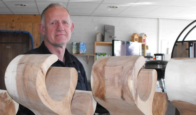 """Ben van Rijn heeft het assortiment uitgebreid. """"We hadden voornamelijk steigerhout. Maar ik werk nu met meer houtsoorten."""""""