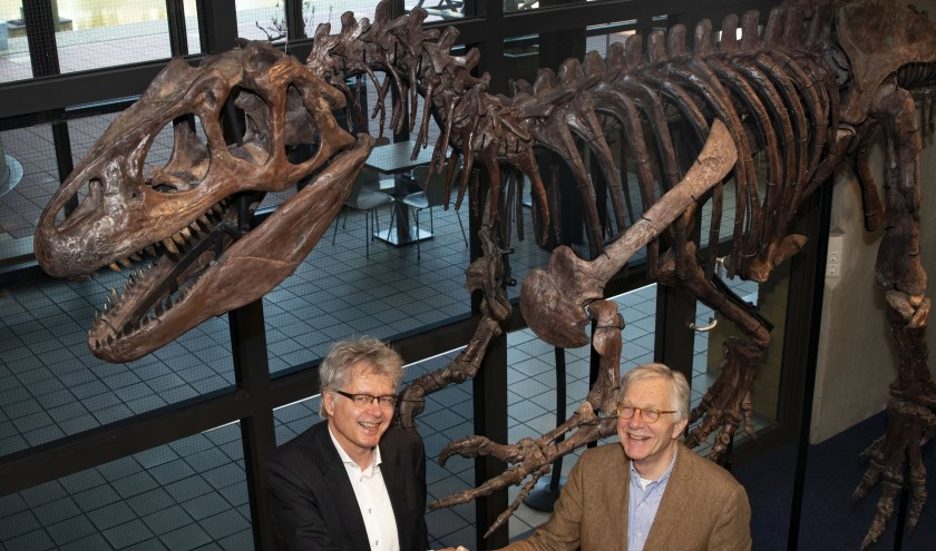 Peter de Haan, directeur van het Museon (links op de foto), feliciteert Dick van der Krogt, voorzitter van de Vrienden, met de terugkomst van de vleeseter in de winkel.