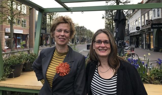 Mary Heylema (l) en Diet Groothuis (r) zijn blij met het podium dat het stadsdichterschap biedt. FOTO: Carol Dohmen