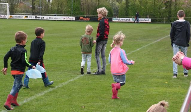 Kinderen op zoek naar paaseieren op sportpark De Heughte van VSCO'61
