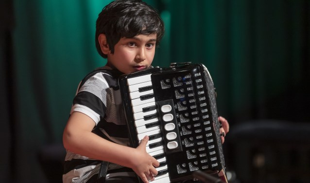 De 10-jarige Rawesh Akefi met accordeon in actie tijdens Talent Concertant in De Baerne (foto CultuurLocaal).