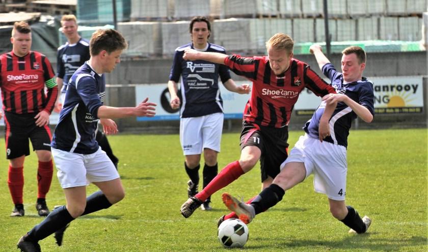 Berkdijk (rood/zwart gestreept shirt) kon thuiscub Blauw Wit'81 aanvankelijk bijhouden. Uiteindelijk moest de equipe van Erik van Esch toch zwichten voor de stootkracht van Blauw Wit'81. Foto: Wout Pluijmert